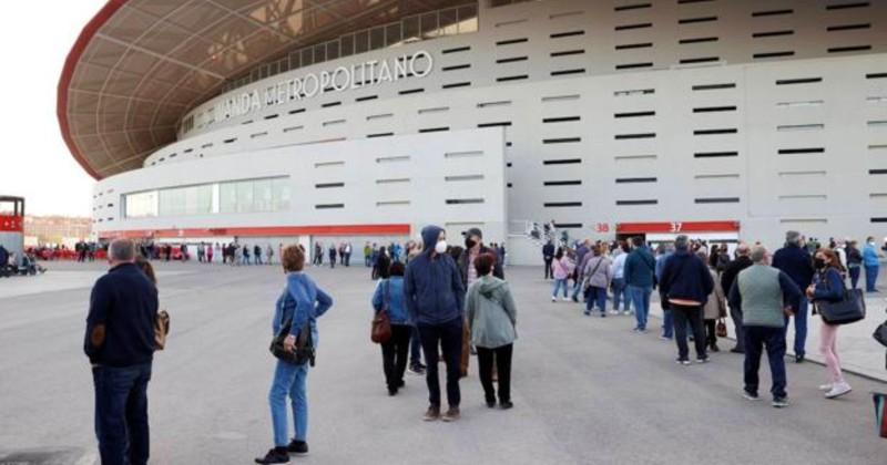 Бесконечные очереди на массовую вакцинацию на стадионе Wanda Metropolitano в Мадриде