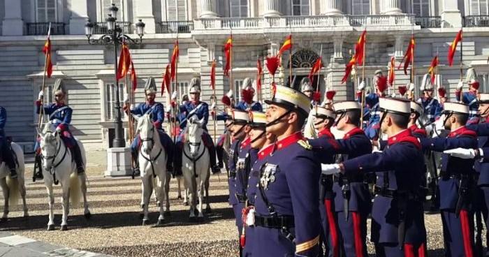 Торжественная смена Королевской Гвардии у дворца в Мадриде возвращается