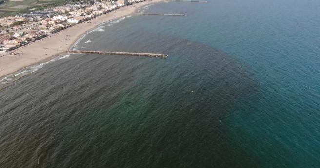 Три пляжа в Валенсии закрыты из-за появившегося на воде пятна
