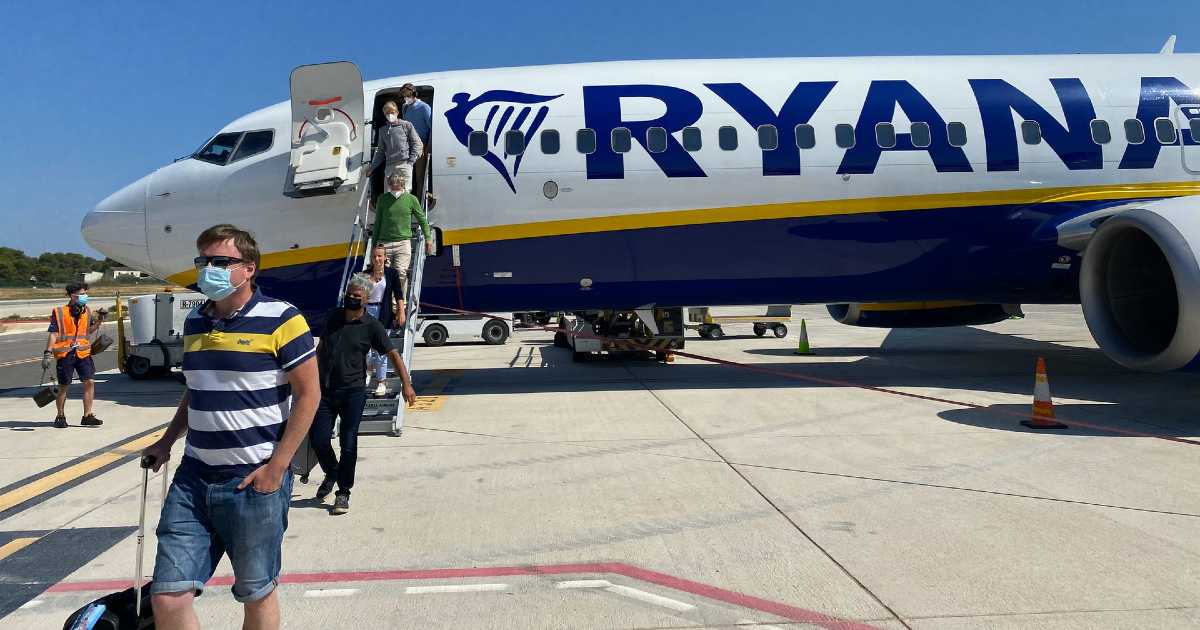 Ryanair не пустил группу пассажиров с сертификатами в самолет